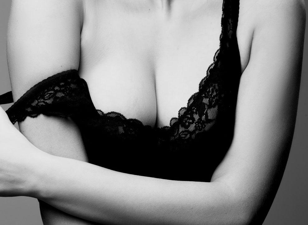 Эро фотография женской бюста в черном